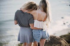 Denk jij ook dat je midden in de quarter-life crisis zit? Zit je met vragen als moet ik nu gaan daten en wat is het doel in het leven? FEM FEM vertelt je er alles over. #friends #woman #hug #girls #goals