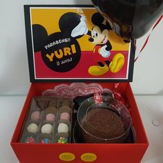 Box party: tutorials and 80 ideas for you to make your own Birthday Candy, Birthday Box, Happiness Box, Cake Frame, Personalised Cupcakes, Candy Boutique, Mickey Party, Chocolate Treats, Box With Lid