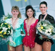 Competitors: (L-R) Silver Medallist Tonya Harding, Gold Medallist Kristi Yamaguchi and Bronze Medallist Nancy Kerrigan during the awards ceremony at the World Figure Skating Championships in Munich 1991 Nancy Kerrigan, Tonya Harding, Kurt Browning, Kristi Yamaguchi, Actress Margot Robbie, Us Olympics, World Figure Skating Championships, Beautiful Athletes, Ice Skaters