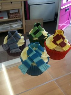Still waiting for that letter from Hogwarts? Perhaps you should make yourself some nice Harry Potter treats meanwhile! Check out these photos of Harry Potter cupcakes, cookies, and other treats! Bolo Harry Potter, Harry Potter Treats, Gateau Harry Potter, Harry Potter Fiesta, Harry Potter Cupcakes, Harry Potter Scarf, Harry Potter Birthday Cake, Theme Harry Potter, Harry Potter Food