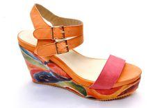 Sandalia de plataforma multicolor.