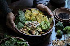 Farinata-Bowl mit Bohnenmus, frischem Spinat, gebratenem Gemüse und Avocado