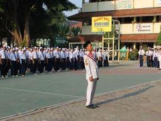 Pertugas upacara menyiapkan barisan