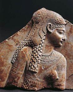Fragmento de un mural relieve del Período Ptolemaico. Representa a la reina CLEOPATRA VII. Ultima gobernante de la civilización del Antiguo Egipto.