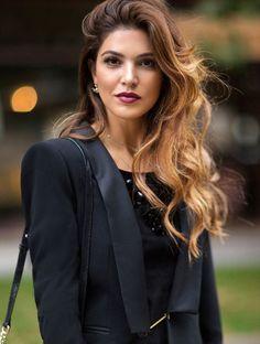 Braune Haare und Schwarz passen perfekt zusammen