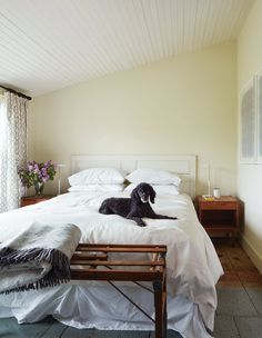 Pointing by Farrow & Ball | Photographer: Virginia Macdonald Favorite Paint Colors, White Paint Colors, White Bedding, Linen Bedding, Bed Linens, Comforter, Purple Rooms, Style Minimaliste, Style Deco