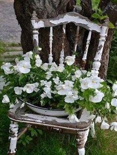 30+ PRETTY VINTAGE GARDEN DECOR IDEAS FOR YOUR OUTDOOR SPACE #garden #gardening #gardeningideas