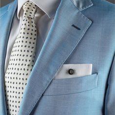 Pochette Uomo Eyelet Milano, Ebony Limited Edition. Asola di filato italiano di cotone colorato di qualità. Bottone di ebano lavorato a mano. Il tessuto della pochette è un lino bianco di alta gamma. #eyeletmilano #madeinitaly #pocketsquares