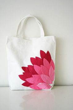 Use these free applique patterns to make dozens of petals in several shades of pink, and then applique them to a plain white canvas bag in the shape of a blossom for a gorgeous handmade tote bag. If you know how to applique by hand, this is easy. Fabric Crafts, Sewing Crafts, Sewing Projects, Sewing Diy, Quilt Patterns, Sewing Patterns, Applique Patterns, Applique Tutorial, Applique Ideas