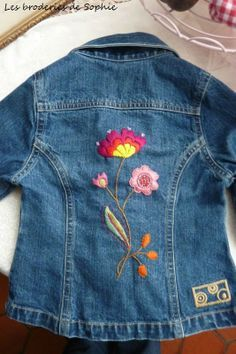nice embroidery on jeans jacket Embroidery Hoop Art, Hand Embroidery Designs, Beaded Embroidery, Cross Stitch Embroidery, Embroidery Patterns, Machine Embroidery, Jean Embroidery, Bone Bordado, Artisanats Denim