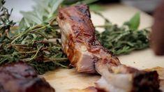 Saftig zarte Spareribs sind der absolute Klassiker unter den Grillgerichten. Zu der rauchigen Note passen leckere Barbecue-Dips. Zeigen Sie Ihren Freunden mit diesem Rezept, dass Sie der König des Barbecues sind und man bei Ihnen die besten Rippchen bekommt.