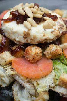Una ensalada agridulce de lo más completa. Deliciosa para comer de primero o como plato único. El toque de la cebolla caramelizada con el queso de cabra le da un sabor irresistible a esta ensalada. http://elbauldelasdelicias.blogspot.com.es/2014/02/ensalanda-de-salmon-y-queso-de-cabra.html
