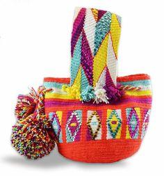 Mínimochila Wayuu decorada con cristales Tapestry Bag, Tapestry Crochet, Diy Ankara Bags, Mochila Crochet, Mini Mochila, Drawing Bag, Boho Bags, Fendi Bags, Linen Bag
