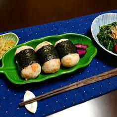 おでんと一緒に(*^^*) - 6件のもぐもぐ - 鮭おにぎり.菊菜お浸し.大根皮と桜海老和え by Kyo630