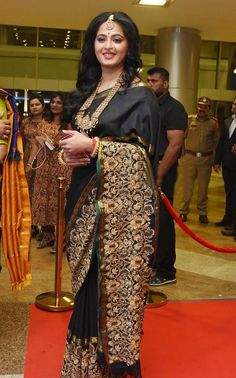 Get Latest Anushka Setty Hot Wallpapers HQ Photos Gallery 2017 In Bikini and Saree Latest Pictures of Anushka Setty Size Zero Photos Cleavage Naval Photoshoot. Indian Attire, Indian Wear, Indian Dresses, Indian Outfits, Anushka Shetty Saree, Divas, Black Saree, Indian Beauty Saree, Indian Sarees