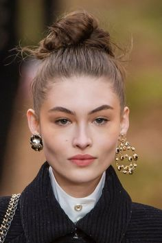 Grace Elizabeth at Chanel Fall 2018 Grace Elizabeth, Celebrity Jewelry, Earring Trends, Autumn Fashion 2018, Victoria Secret Angels, Poses, Damaged Hair, Messy Hairstyles, Beauty Trends
