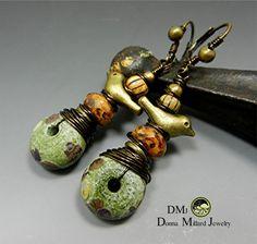 Gemacht - zu - ein original-Design von mir mit meiner eigenen handgefertigte Glas-Lampwork-Beads bestellen. Liebe zum Detail und die Verwendung von meine eigene Signatur-Glasperlen versichern, dass Sie etwas wie diese sonst nirgends finden.  M A T E R I A L S * Artisan Handcrafted-Lampwork-Beads von mir gemacht * Antik Messing Komponenten & Draht * Gablonzer Perlen * Gesamtlänge beträgt 2 1/2 Zoll ich bin dankbar für Ihr Verständnis der Künstler gemacht waren. Donna SRA # M129