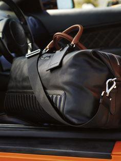 Les poignées couleur sable évoquent un volant classique revêtu de cuir, tandis que les détails matelassés sont inspirés des sièges en cuir noir vintage