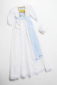 Dåpskjole Forglemmegei er en dåpskjole med lyseblå og gule detaljer, krystaller og gullbånd. Dåpskjolen kommer med en hvit linlue med gullhjerte, pompadur, krage og smekke.
