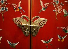 Butterfly door on Chinese-style furniture. Bright butterfly door on Chinese-styl , Chinese Door, Chinese Art, Chinese Garden, Chinese Furniture, Oriental Furniture, Asian Doors, Chinese Butterfly, Chinese Element, Asian Interior