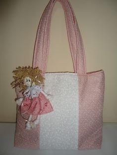 Bolsa para saída de maternidade, em tecido 100% algodão, com recheio de manta acrílica, com várias divisões internas para acomodar todos os acessórios do bebê. Botões com imã. Graciosa bolsa em estilo provençal, nas cores rosa antigo e cinza. Pode ser feita na cor e decoração do quarto do bebê. R$75,00