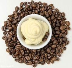 Aufgeschlagene Ganache aus weißer Kuvertüre mit feinem Kaffeearoma. Als Füllung für Macarons, Torten oder Topping für Cupcakes.