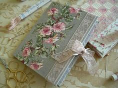 Needle book (smb: use wallpaper for these adorable mini books) Needle Case, Needle Book, Notebook Covers, Journal Covers, Handmade Journals, Handmade Books, Shabby, Fabric Journals, Vintage Scrapbook