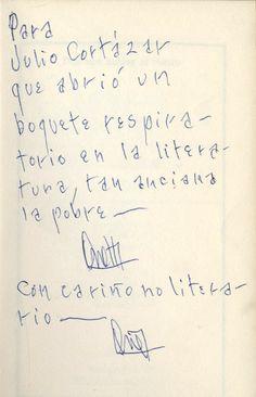 """Dedicatoria de Juan Carlos Onetti en """"Dejemos hablar al viento"""" (1979):  «Para Julio Cortázar, que abrió un boquete respiratorio en la literatura, tan anciana, la pobre. Con cariño no literario, Onetti»"""