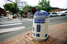 yarn bombing  :::  R2D2 by Sarah Rudder  :::  http://blog.sarahrudder.com/yarnbombing-in-bellingham-knitted-r2d2