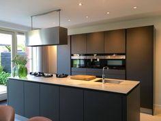 Simply smart Kitchen ideas, view this styling plan ref 8333814241 today. Rustic Kitchen Design, Luxury Kitchen Design, Open Plan Kitchen Living Room, New Kitchen, Smart Kitchen, Kitchen Ideas, Kitchen Cabinets Decor, Kitchen Interior, Kitchen Ornaments