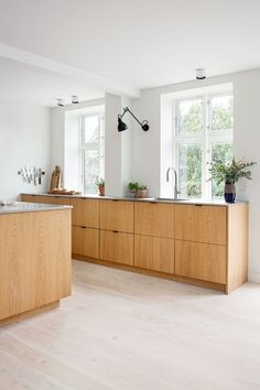 "For a small kitchen ""spacious"" it is above all a kitchen layout I or U kitchen layout according to the configuration of the space. Modern Kitchen Design, Interior Design Kitchen, Galley Kitchen Design, Home Interior, Kitchen Layout, Kitchen Decor, Kitchen Ideas, Kitchen Wood, Kitchen Hacks"
