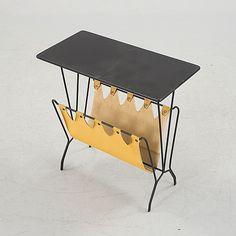 HANS-AGNE JAKOBSSON Tidningsbord, 1950-tal.  Svartmålad skiva, stomme av svartlackerad metall med vidhängande galon. 49x25, höjd 50 cm.