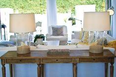Konsolentisch aus Massivholz und Lampen mit Fuß voll von Sand