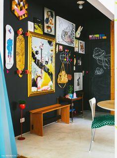 03-decoracao-sala-parede-preta-lousa-quadros-colorida