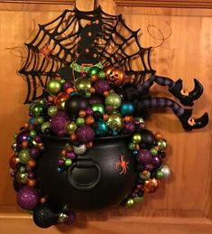 Clever and unique Halloween witch& cauldron wreath Spooky Halloween, Homemade Halloween, Halloween 2017, Diy Halloween Decorations, Holidays Halloween, Halloween Crafts, Happy Halloween, Halloween Wreaths, Halloween History