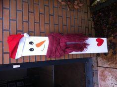 Sneeuwpop op plank hout: kan ook met wc rol en lint/touw als sjaal