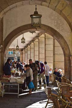 O mercado de antigüidades en a Praza de Cervantes. Santiago de Compostela