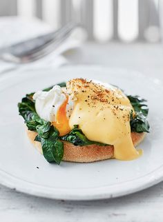 Eggs Florentine is perfect for weekend brunch. Toast soft English muffins and layer wilted spinach, poached eggs and creamy hollandaise sauce. Season with cayenne pepper and nutmeg to give it that extra kick.