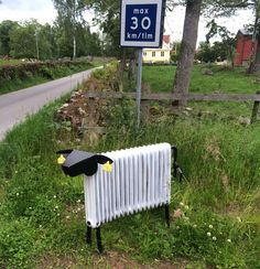 Först kom rondellhunden, sen kom elementsfåret... Dan Gyldmark i Bräkne-Hoby har kommit på den geniala idén att förvandla sina gamla element till dessa charmiga får. | Recycled radiator sheep made by Dan Gyldmark