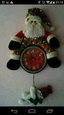 RELÓGIO DE NATAL -CRÉDITOS NAS FOTOS Christmas Time, Christmas Wreaths, Christmas Crafts, Christmas Ornaments, Paper Towel Holder, Santa, Lily, Diy Crafts, Holiday Decor