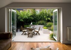 Chic little courtyard in Fulham with lush planting