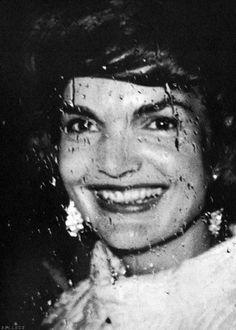 Camelot (Jackie) (¿only one?) Un día en el ascensor, una pasajera la miró y le exclamó: «¡Eres Jackie Onassis!». Ella replicó: «No, no lo soy». Aquellos años del 61 al 63 expresaron un tiempo q...