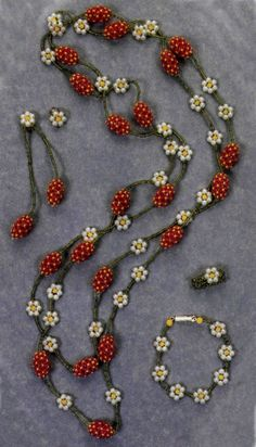 """""""Strawberry"""" Beaded Beads (needs translation) Detail on both necklace and bracelet. #seed #bead #tutorial"""