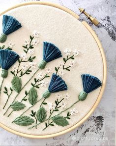 French Knot Embroidery, Hand Work Embroidery, Embroidery On Clothes, Simple Embroidery, Silk Ribbon Embroidery, Modern Embroidery, Embroidery Hoop Art, Embroidery Neck Designs, Embroidery Stitches Tutorial