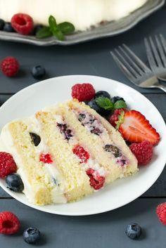 This recipe for berry chantilly cake is a light and tender cake with plenty of fresh berries and a unique fluffy whipped cream frosting. The perfect cake for a celebration! (vanilla icing for cupcakes whipped cream) Chantilly Cake Recipe, Berry Chantilly Cake, Chantilly Cream, Baking Recipes, Cake Recipes, Dessert Recipes, Just Desserts, Delicious Desserts, Sweet Recipes