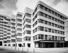 De golvende gevel van Shell haus in Berlijn. Architect: Emil Fahrenkamp (1932)