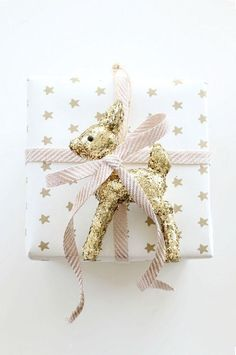 5/50 Simply pretty Christmas gift wrapping Isn't this gold deer just the sweetest?! Totally in love with the gold and blush pink colour palette too.