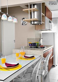 Áreas integradas, móveis sob medida e revestimentos claros dão a sensação de que o flat da professora Marcela Vicentini Alves, em São Paulo, é maior do que a fita métrica aponta. Veja como os arquitetos conseguiram esse efeito.