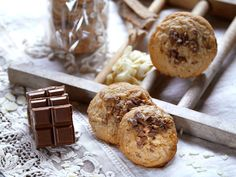 Hallo Schoko-Cookie-Liebhaber, es ist Weihnachtszeit, aber es müssen ja nicht immer nur Weihnachtsplätzchen sein. 😉 Was haltet ihr von leckeren Schoko-Cookies mit dem winterlichen Geschmack von gebrannten Mandeln? Wir haben ein tolles Rezept für euch, mit denen ihr diese verlockend klingenden Cookies ganz einfach selber backen könnt. Cookies mit RITTER SPORT Gebrannte Mandel Zutaten für …