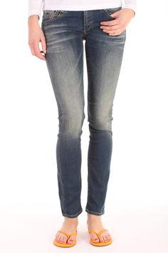Deze Skinny+ FBS van Denham is gemaakt van katoen met elasthan. Het is een skinny fit met de bekende 7-point backpockets.  Skinny+ FBS - DL07008FBS.